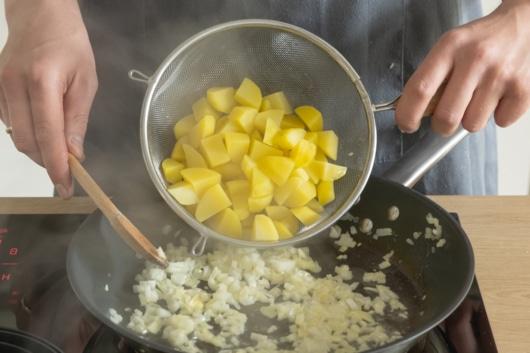 Kartoffeln mit Zwiebeln anbraten