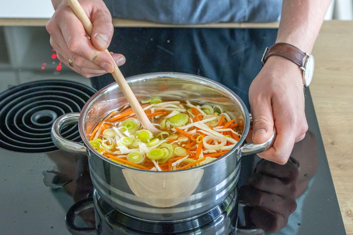 Klare Gemüsesuppe mit Suppengrün ziehen lassen