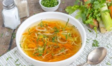 Klare Gemüsesuppe mit Suppengrün