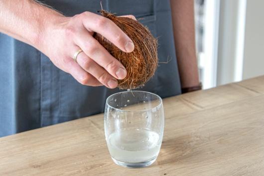 Kokoswasser ausgießen