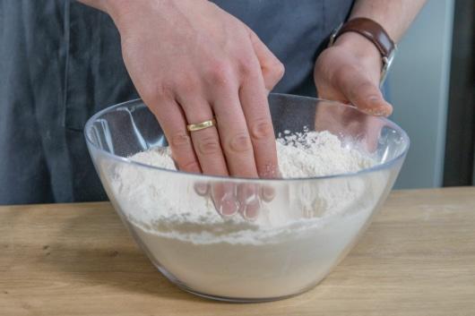 Mulde ins Mehl drücken
