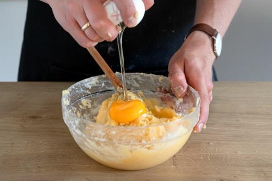 Eier zum Brandteig geben