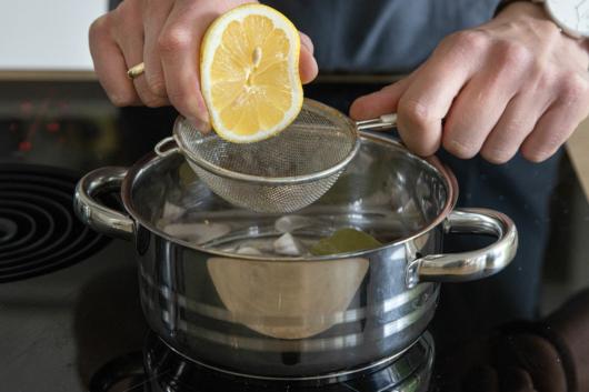 Zitrone zur Reduktion pressen