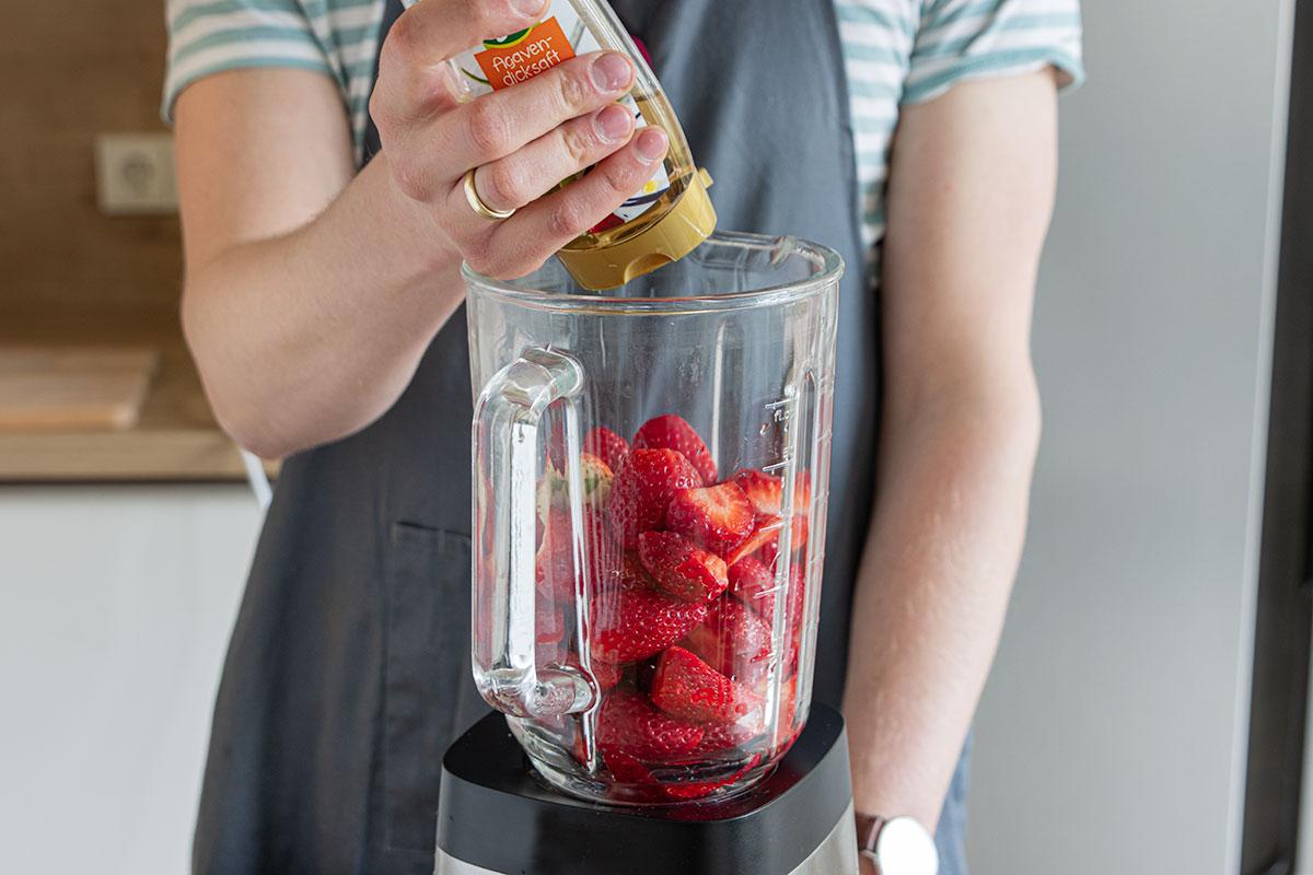 Erdbeeren mit Agavendicksaft pürieren