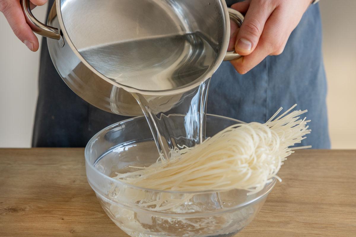 Reisnudeln mit heißem Wasser übergießen