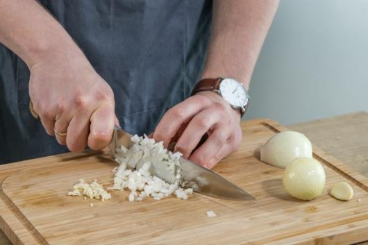 Zwiebel und Knoblauch klein schneiden