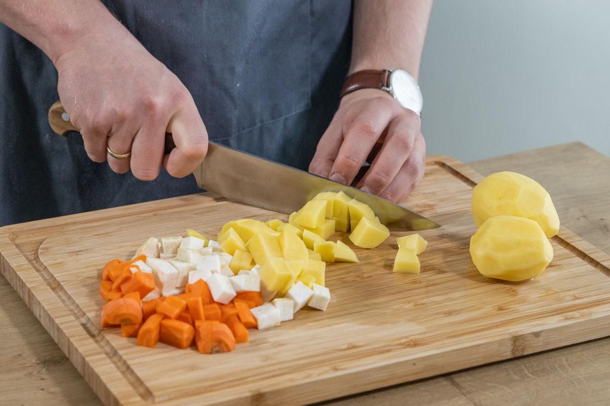 Gemüse und Kartoffeln würfeln