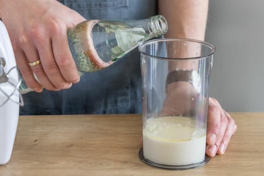 Mineralwasser zur Milch gießen