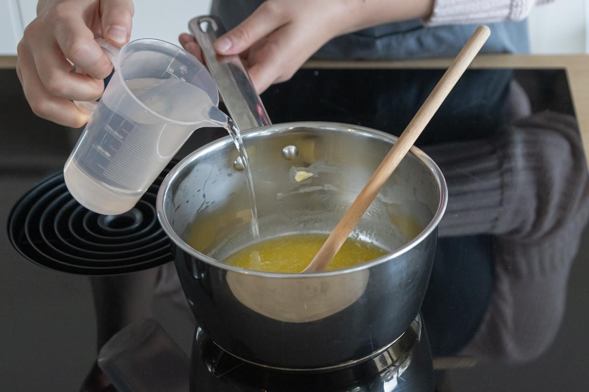 Butter schmelzen und Wasser hinzugeben