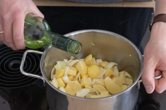 Gemüse mit Weißwein ablöschen