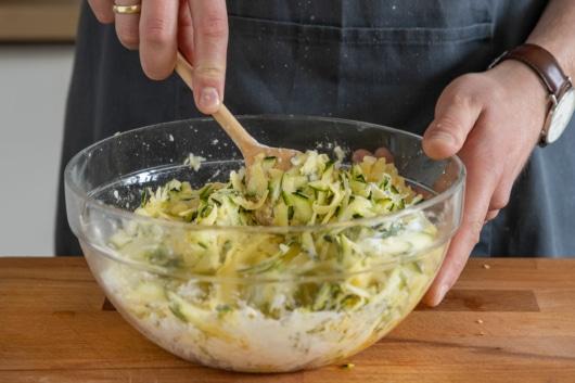 Masse für Zucchinipuffer verrühren