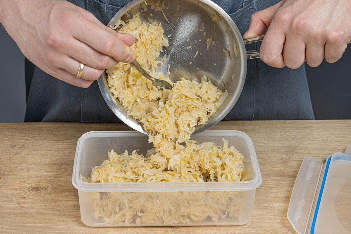 Sauerkraut in luftdichte Behälter füllen