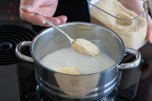 Zucker und Margarine zur Milch geben