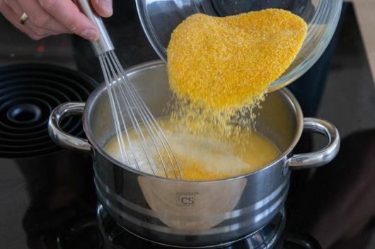 Maisgrieß dazugeben