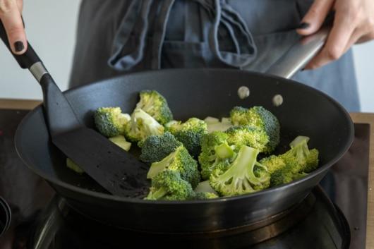 Brokkoli in Pfanne anbraten