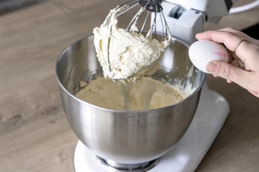 Butter mit Zucker und Eiern schaumig schlagen