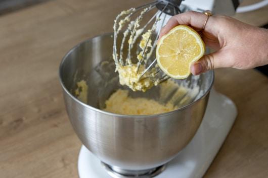 Zitrone zum Teig geben