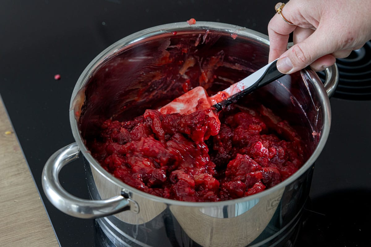 Himbeeren in den Pudding rühren