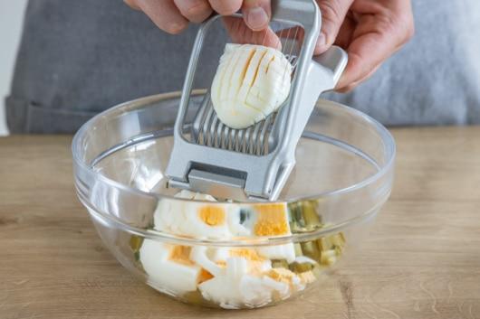 Eier mit Eierschneider schneiden