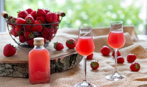 Erdbeerlikör mit weißem Rum
