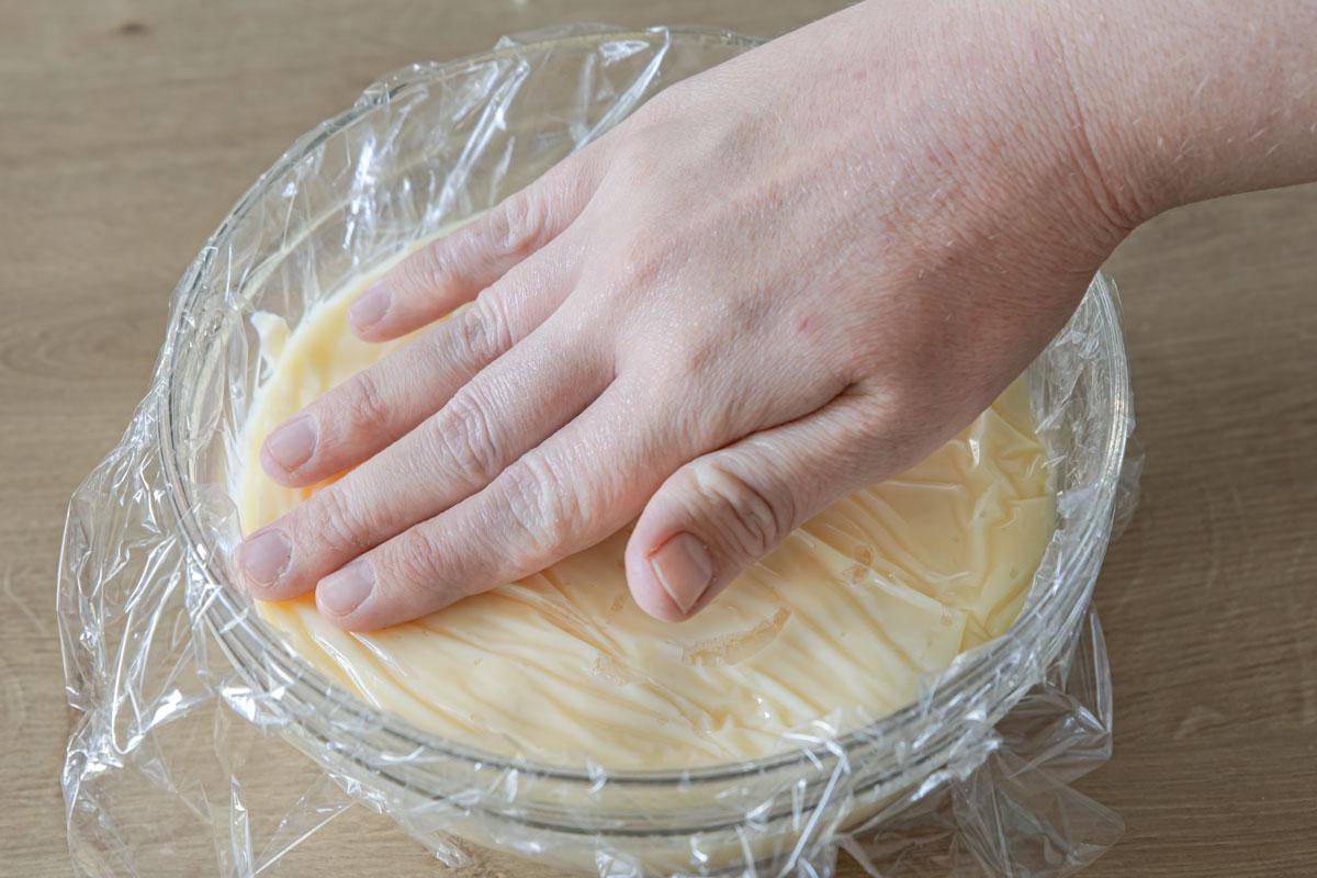 Pudding mit Folie abdecken