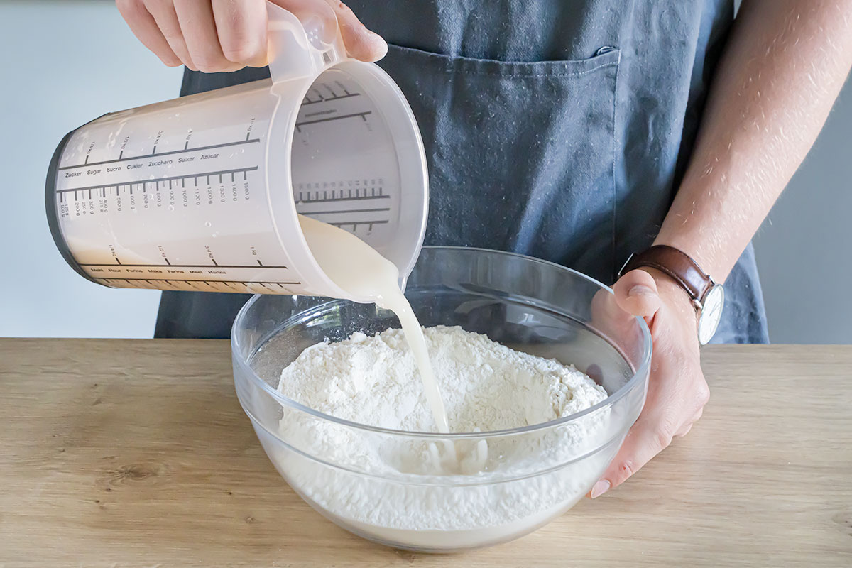 Hefemischung zum Mehl geben