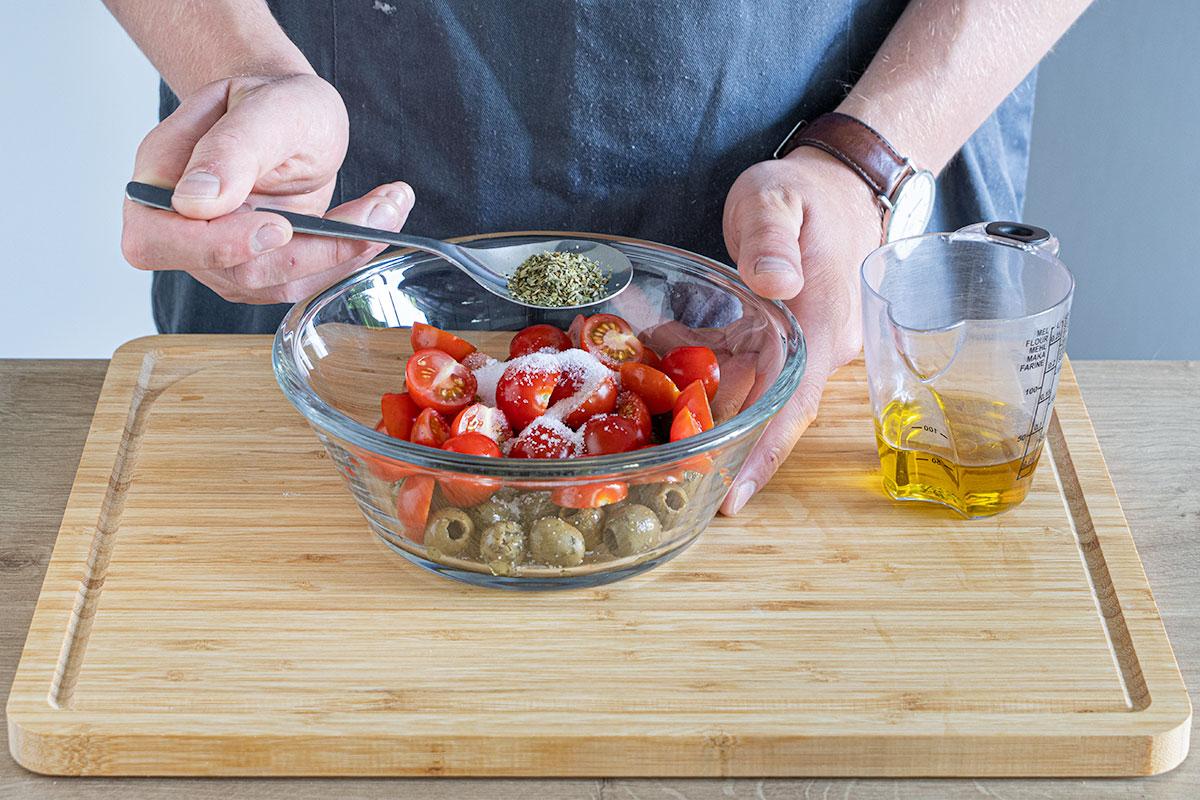 Tomaten-Oliven-Mischung zubereiten