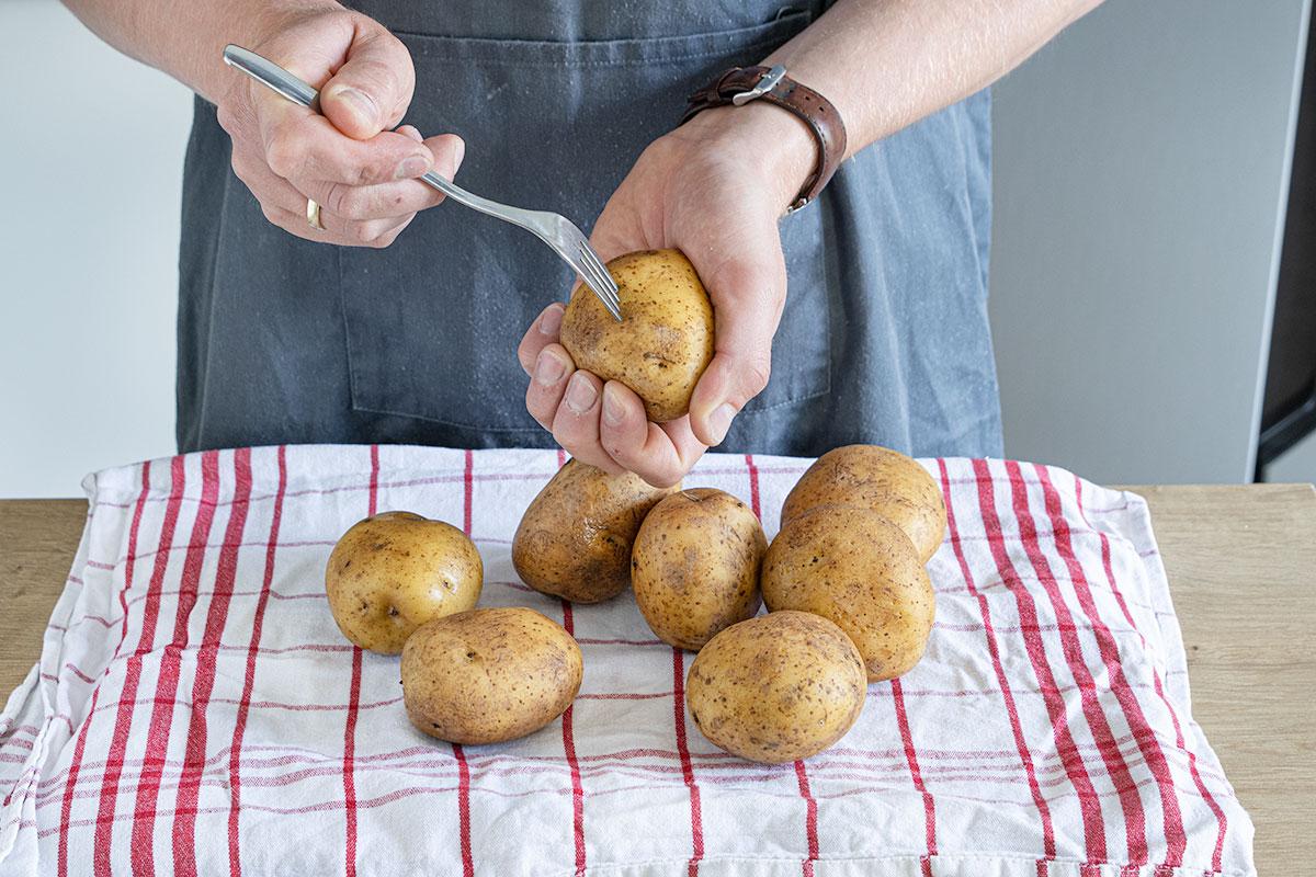 Kartoffeln waschen und mit Gabel einstechen