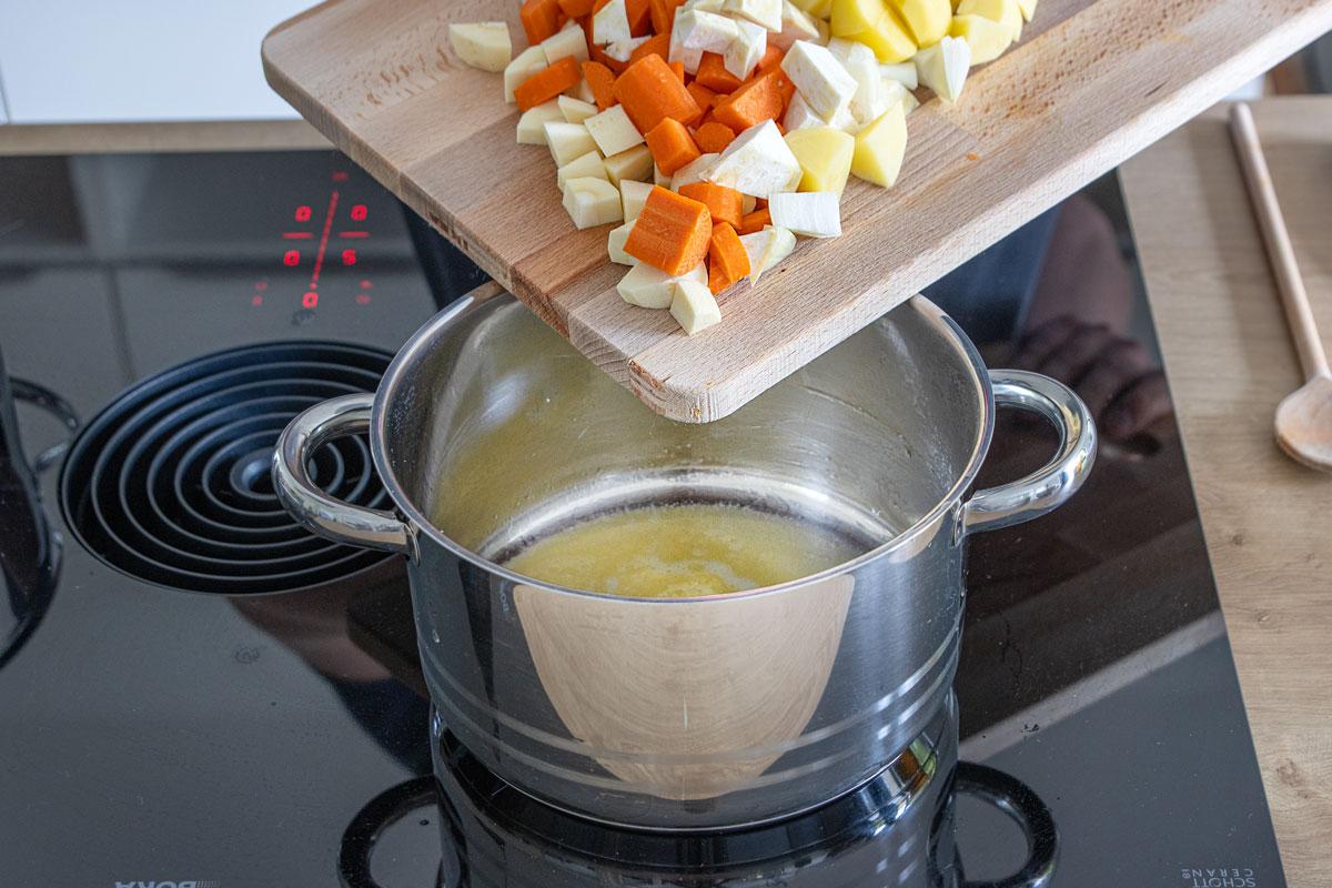 Gemüse in Margarine anschwitzen