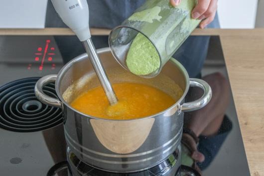 Pürierte Erbsen zur Gemüsesuppe geben