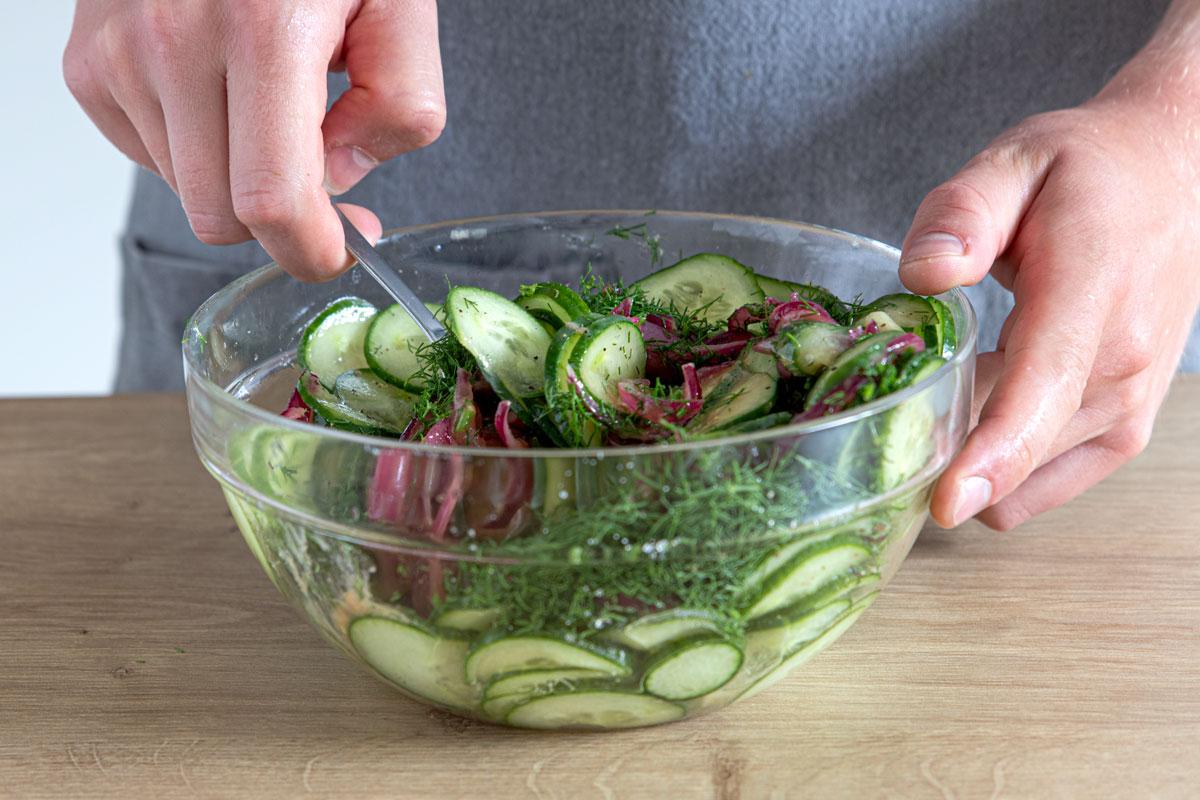 Gurkensalat mischen
