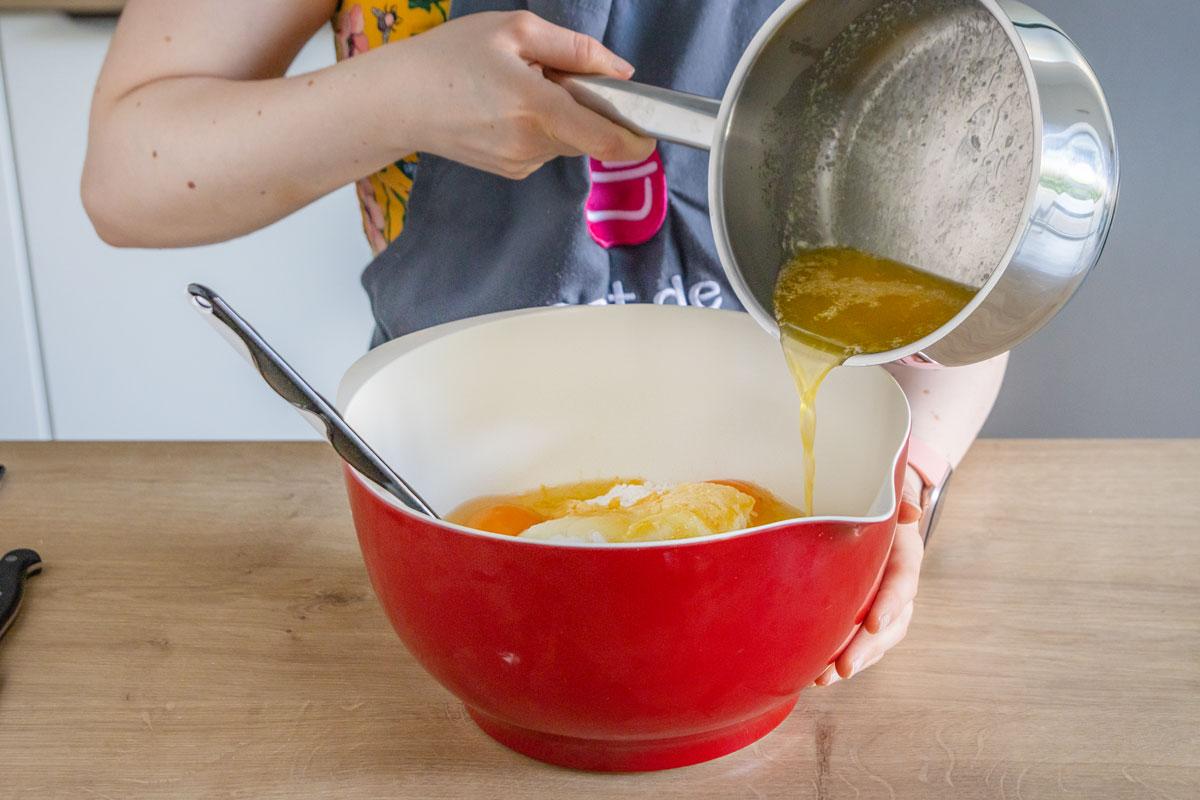 Geschmolzene Butter dazugeben