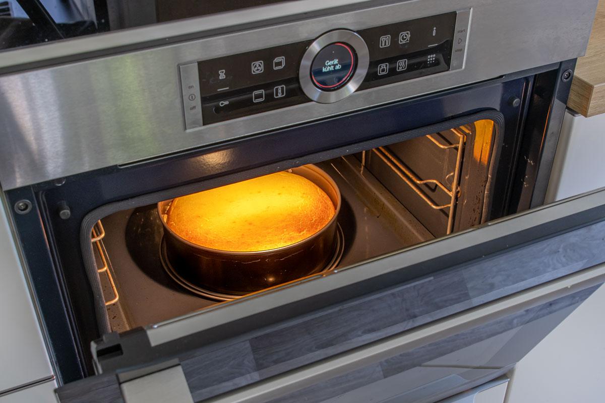 Kuchen bei offener Tür abkühlen lassen, damit er nicht zusammen fällt