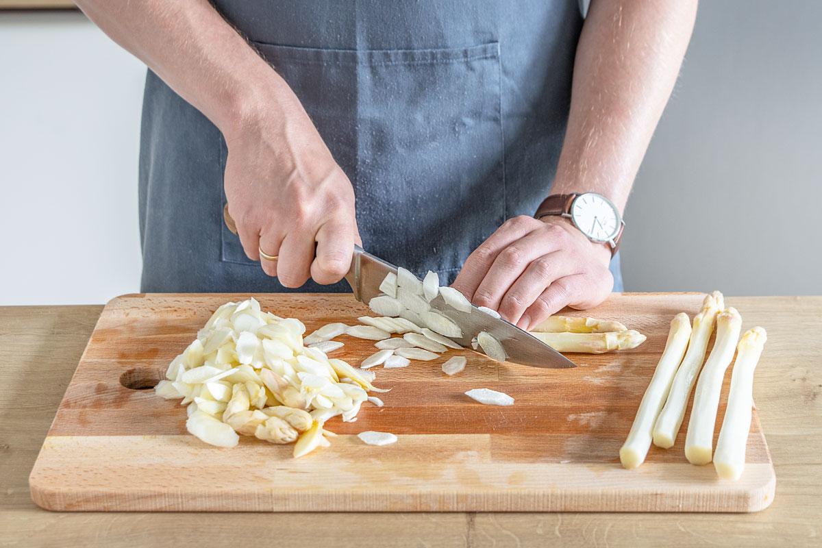 Für die kalte Spargelsuppe den Spargel in feine Scheiben schneiden