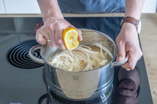 Zitrone zum Fond pressen