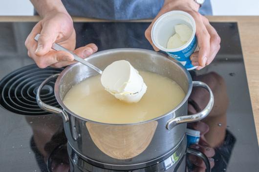 Crème Fraîche hinzugeben