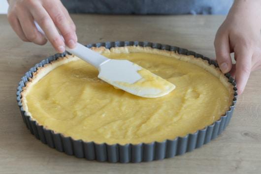 Lemon Curd auf Tarteboden verteilen