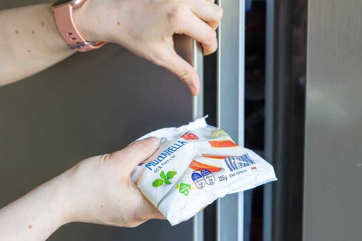 Käse originalverpackt in den Froster geben