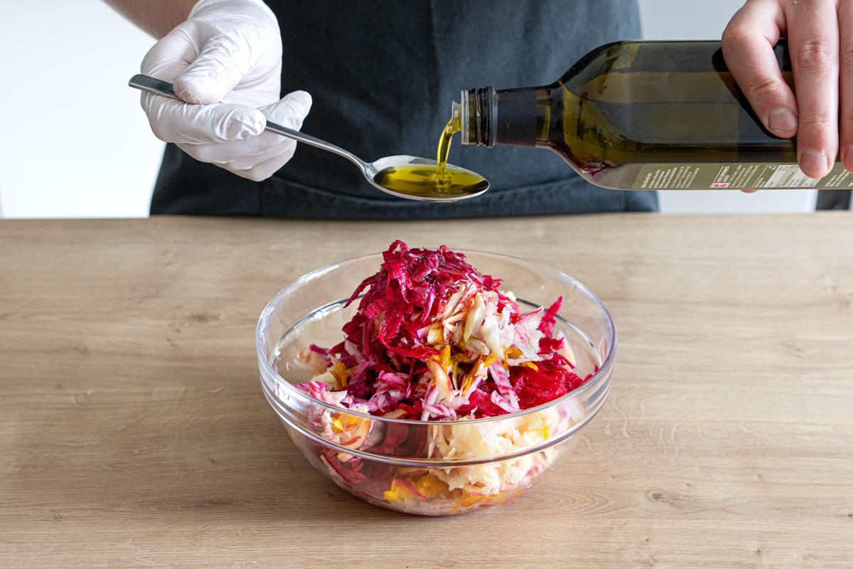 Olivenöl zum rote Bete Salat geben