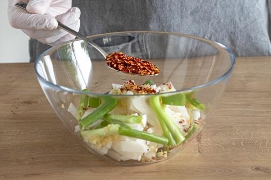 Chiliflocken zum Kimchi geben