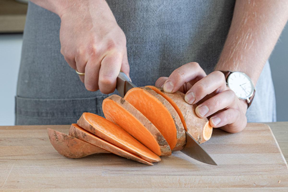 Süßkartoffel in Scheiben schneiden