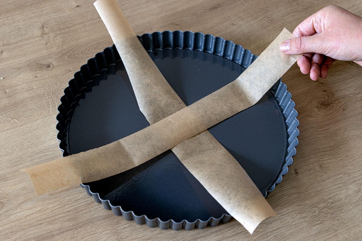Kreuz aus Backpapier in die Form legen