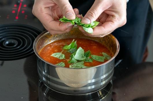 Basilikum zur Tomatenmarmelade geben