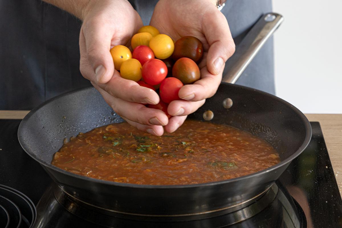 Tomaten in die Pfanne geben