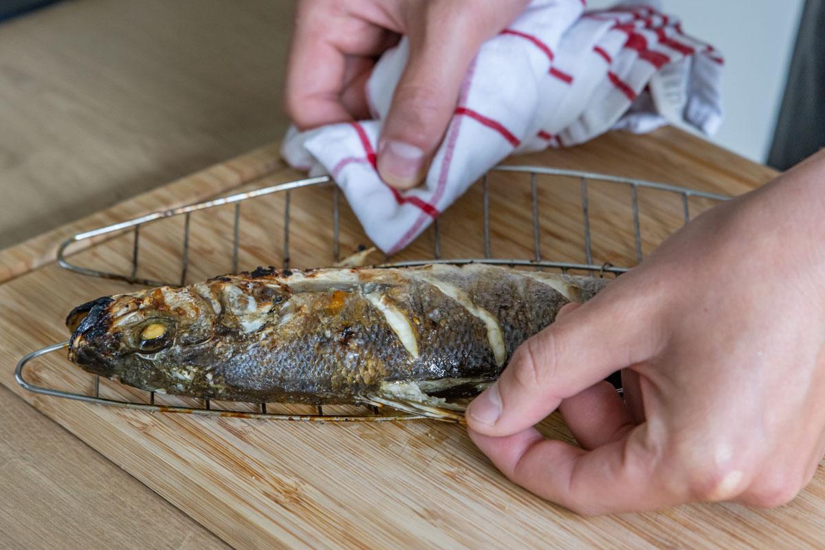 Rückenflosse vom Fisch lösen