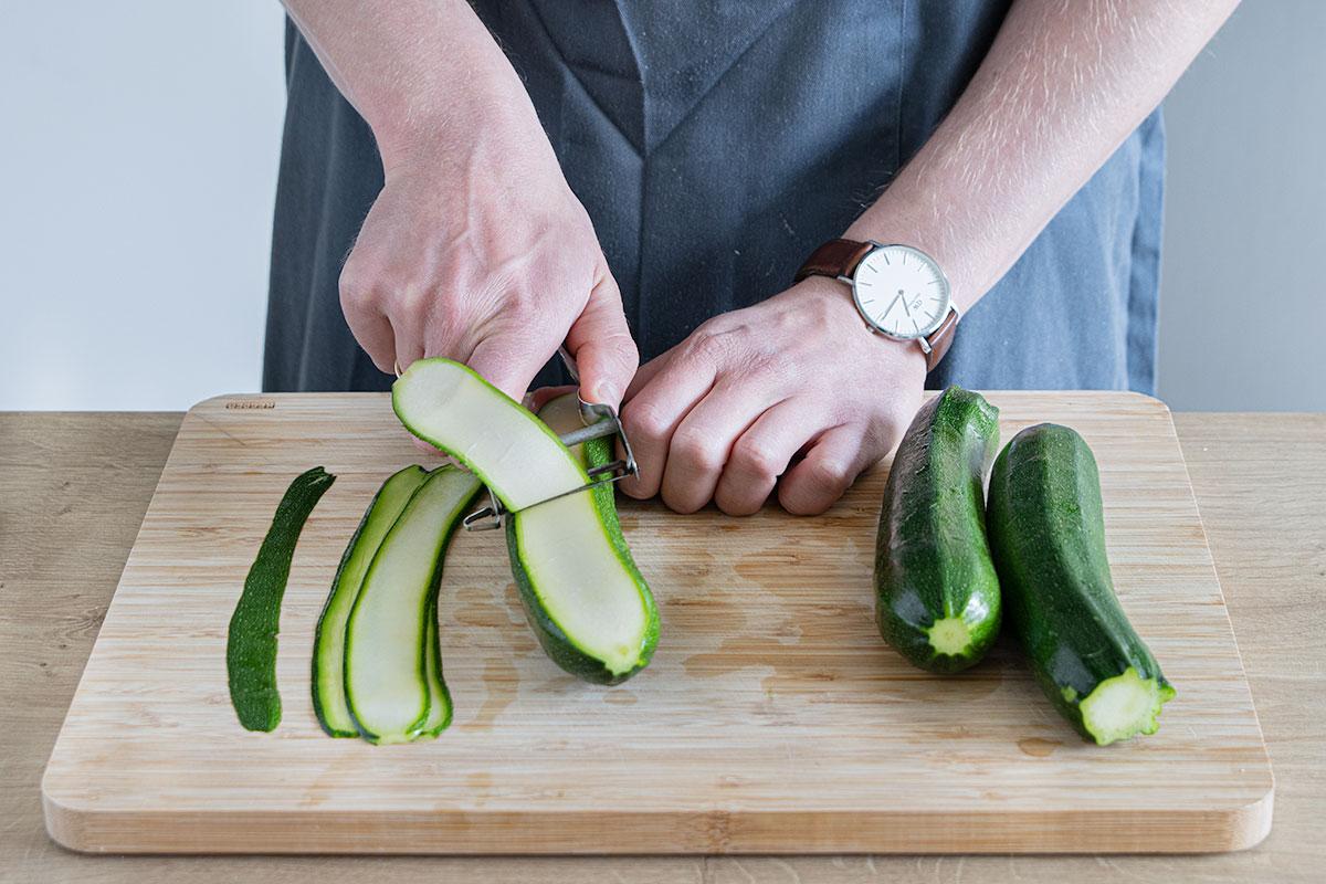 Zucchini mit Sparschäler in Streifen schneiden