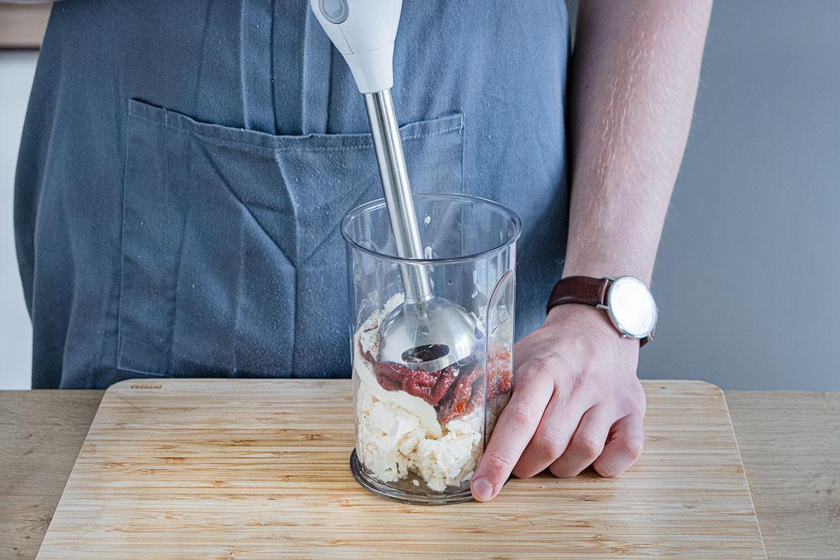 Zutaten für die Füllung der Zucchiniröllchen pürieren