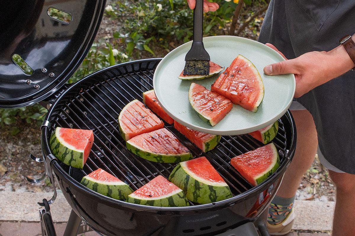 gegrillte Wassermelone mit der Marinade einstreichen