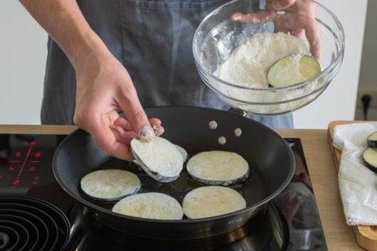 Auberginen für Melanzane alla Parmigiana mehlieren