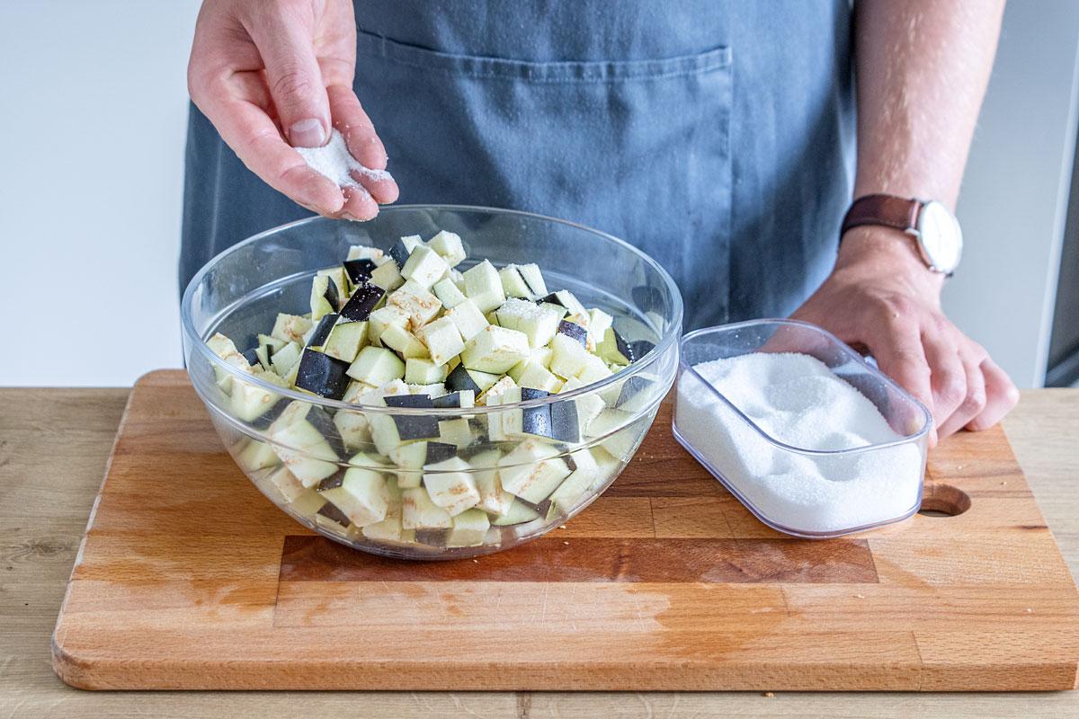 Für den Auberginensalat Salz zu Auberginen geben